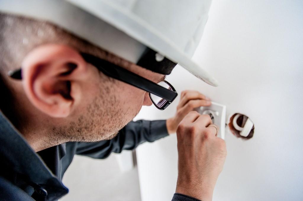 muncitor electrician