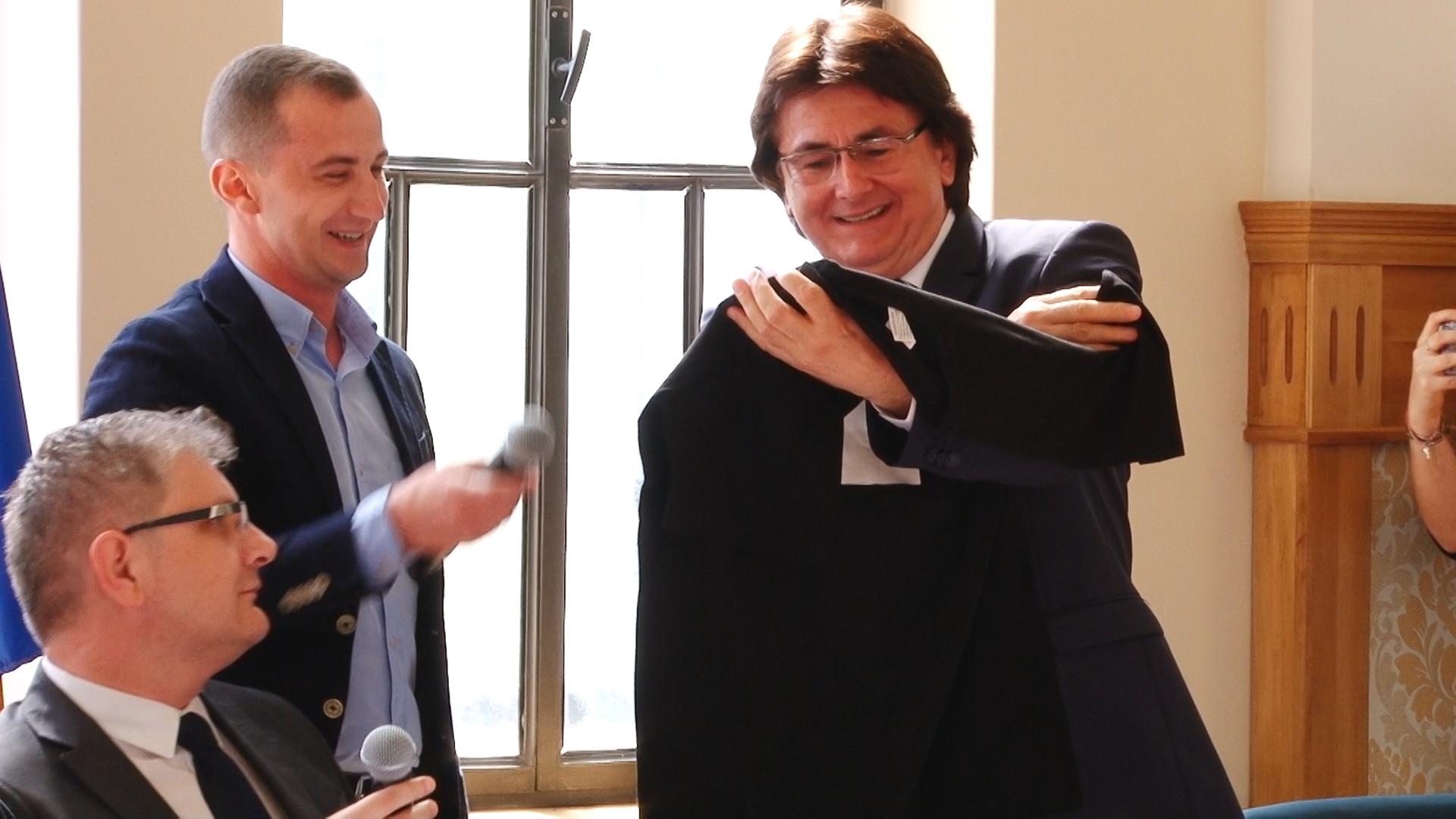 Primarul Robu şi consilierul Simonis, dispută pe… anchetatul Popoviciu.Still003