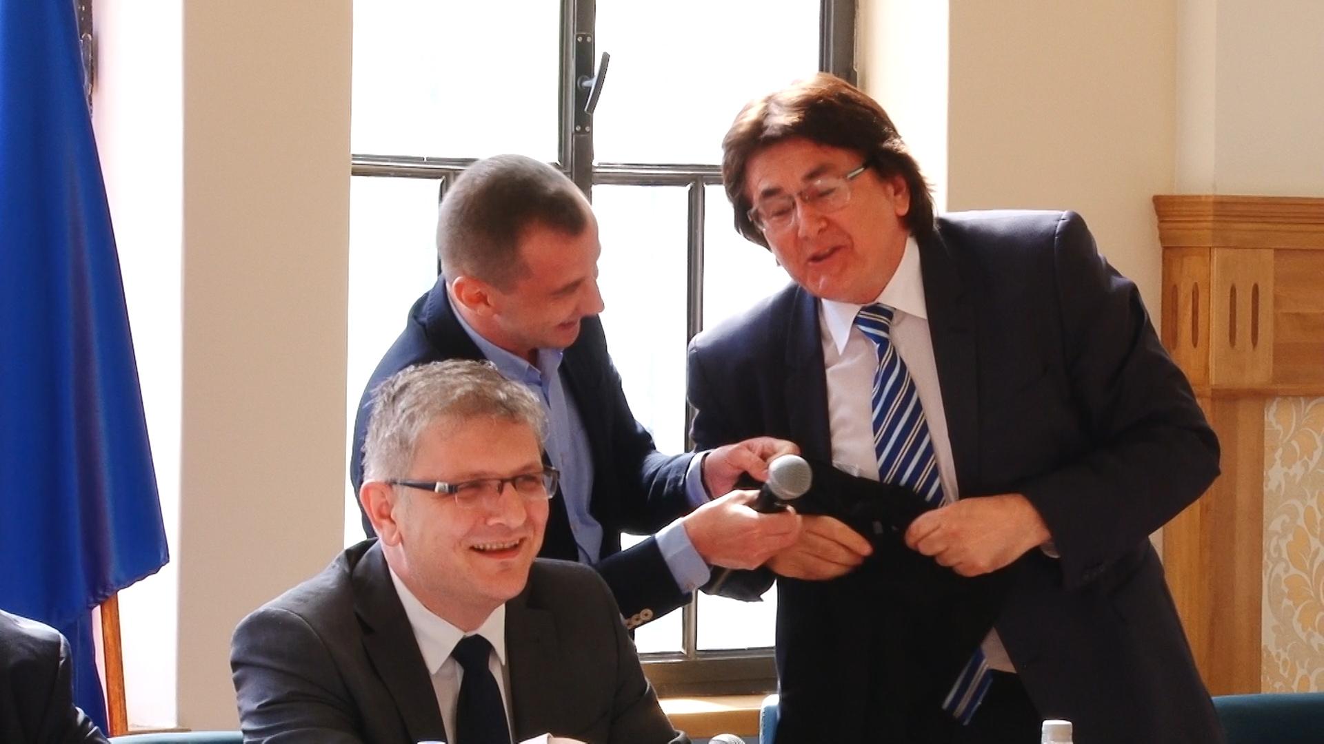 Primarul Robu şi consilierul Simonis, dispută pe… anchetatul Popoviciu.Still007