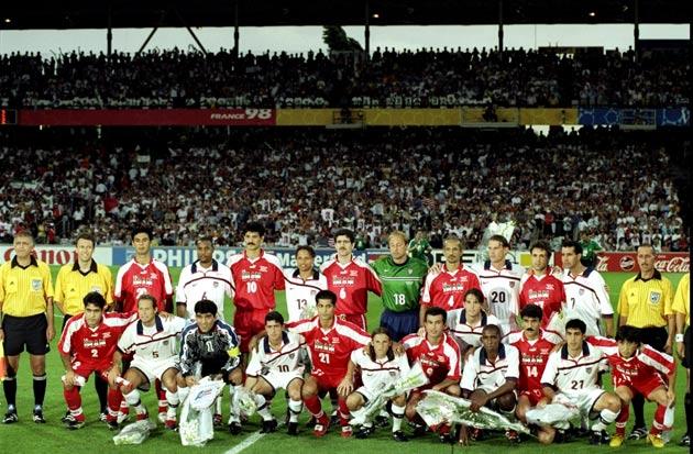 Primul din stânga, sus, la meciul SUA – Iran, la CM 1998