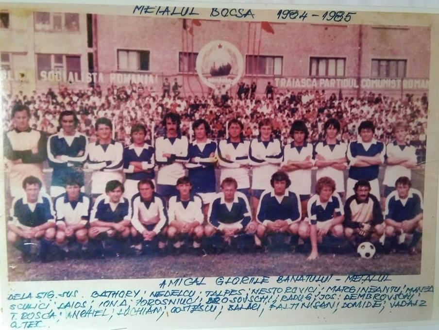 Meci demonstrativ Metalul Bocșa – Gloriile Banatului, în sezonul 1984/85. Al 6-lea din stânga, jos, legendarul Ilie Balaci (sursa: Facebook Emil Vadasz)
